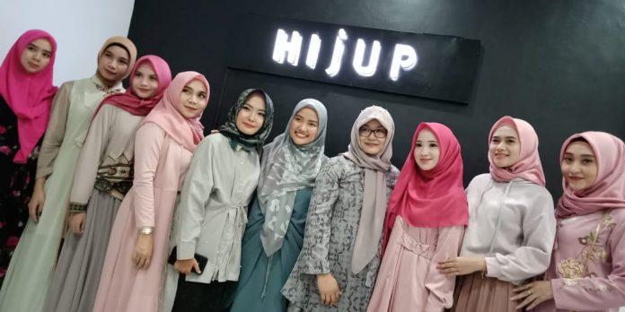 CEO Hijup, Diajeng Lestari (lima dari kanan) bersama partner dan muslimah Kediri.