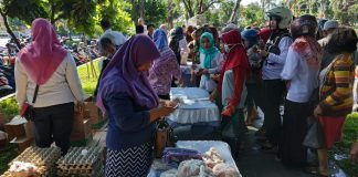 Antrean emak-emak di pasar murah Taman Sekartaji