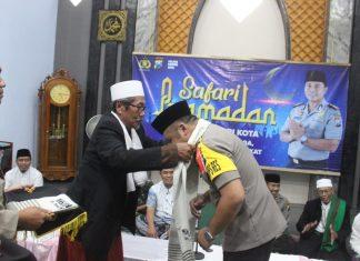 Tokoh agama mengalungkan surban ke Waka Polresta Kediri
