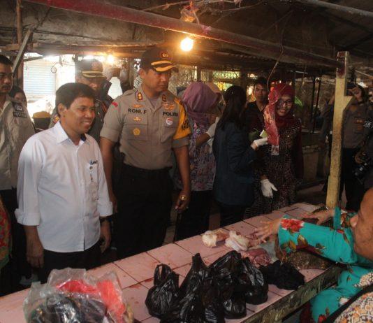 Kapolres Kediri dan Tim Satgas Pangan Kabupaten Kediri sidak pasar. (Foto: humas)