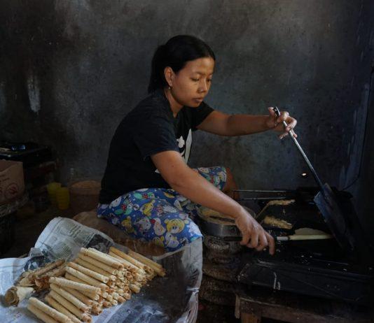 Karyawan sedang menyelesaikan pesanan Opak Gambir di Desa Bulu, Semen, Kabupaten Kediri.
