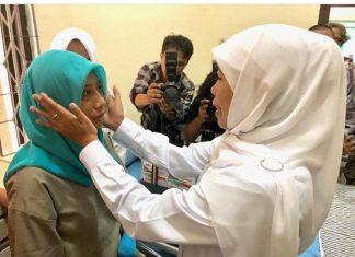Khofifah saat menjenguk Wiji di RSJ Menur Surabaya. Foto: @Khofiah.ip