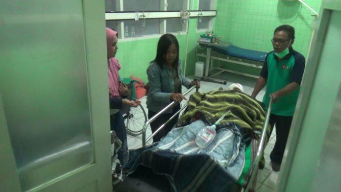 Korban Dwi saat dipindahkan dari ruang Bedah ke ruang Radiologi RSUD Kabupaten Kediri