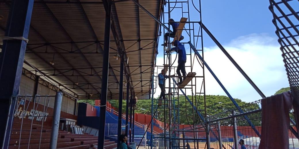 Pekerja tengah melakukan perbaikan di Stadion Brawijaya Kediri