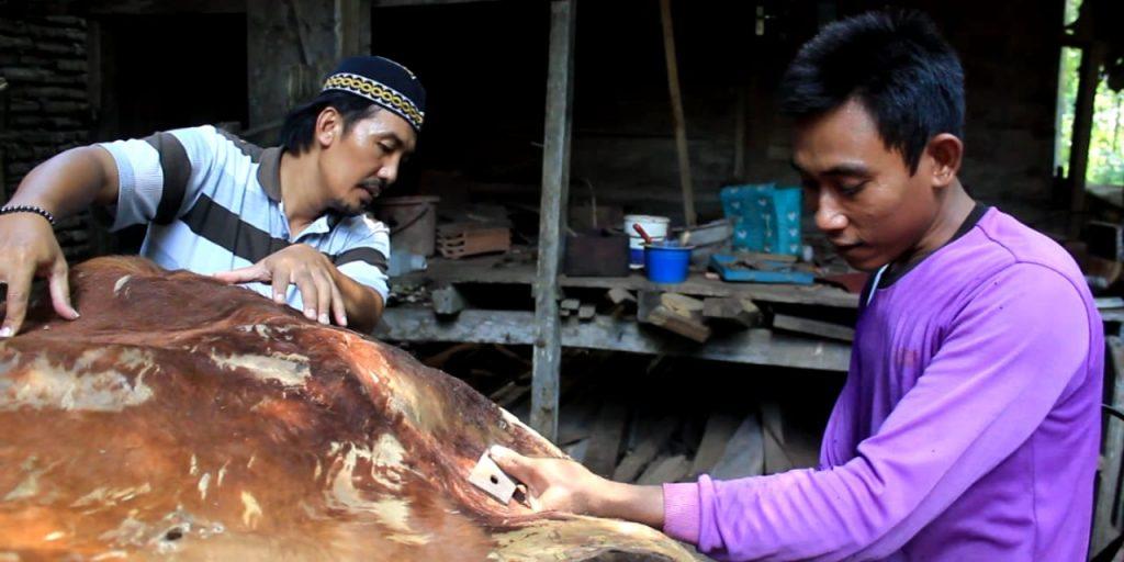 Pemasangan kulit pada bedug