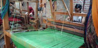 Pengrajin mengebut pesanan kain tenun