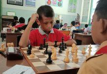 Peserta dari kelas Yunior G sedang berfikir menentukan langkah buah catur