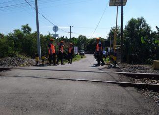 Petugas menjaga perlintasan kereta api