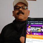 Ketua Panpel Persik Kediri menunjukkan aplikasi pembelian tiket online.