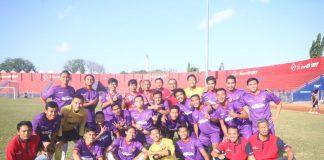 Manager Persik Beni Kurniawan bersama squad Macan Putih di St. Brawijaya Kediri