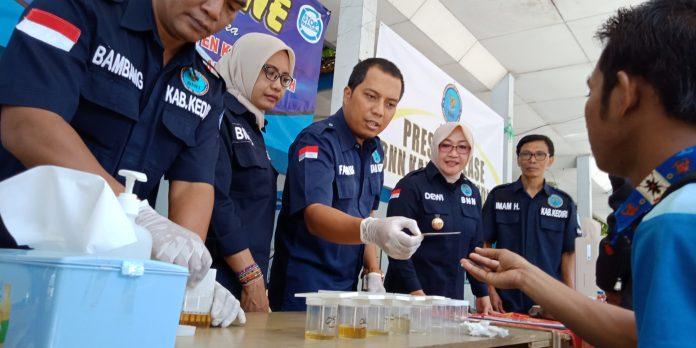 BNN Kabupaten Kediri melakukan tes urine pada sejumlah sopir bus dan kenek di Terminal Pare.