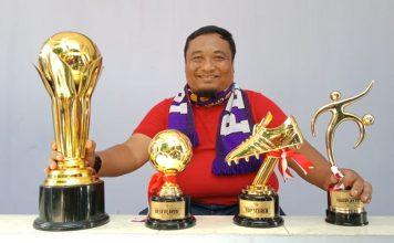 Benny Kurniawan saat pamer Trophy juara Liga 3 2018