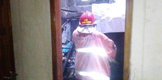 PMK berusaha memadamkan api di unit pelayanan SMKN 1 Ngasem