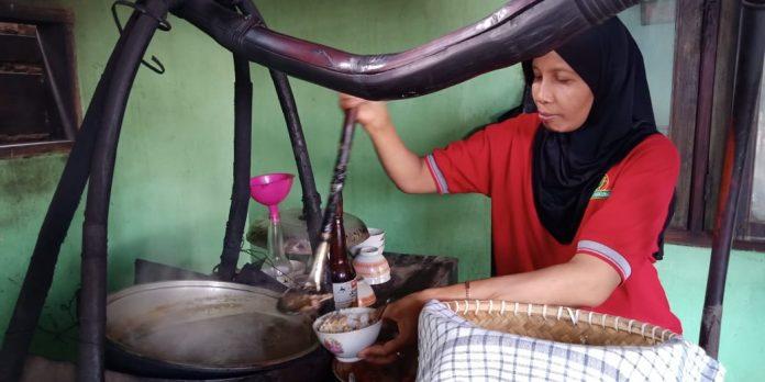 Linda, saat menyiapkan semangkuk Soto Kambing 35 untuk pelanggannya.