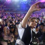 Najwa Shihab berwefie dengan para penonton.