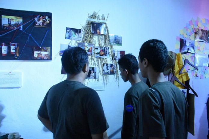 Pengunjung melihat karya para pelajar dalam SPOD Exhibition
