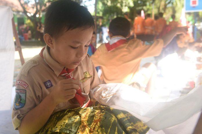 Siswa SDN Tamananan Kota Kediri saat belajar membatik menggunakan canting