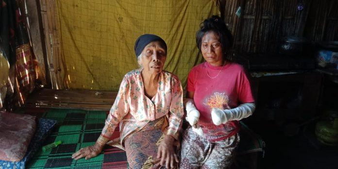 Wiji (kanan) menangis saat bersama Neneknya mengenang ibunya yang pergi.