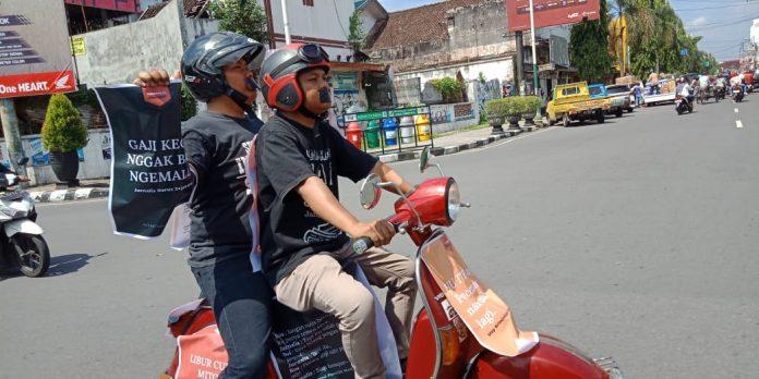 Dua Jurnalis bervespa kampanyekan kesehjateraan Jurnalis di Hari Buruh