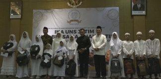 Gubernur Jawa Timur, Khofifah dan perwakilan IKA UNS Jatim foto bersama anak-anak yatim.