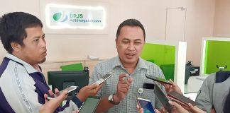 Kepala Kantor BPJS Ketenagakerjaan Cabang Kediri, Agus Suprihadi, memberikan keterangan pada Awak Media