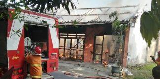 PMK berusaha memadamkan api yang membakar rumah pedagang bakso