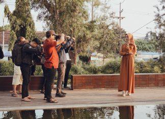 Para fotografer tengah memfoto salah satu model.
