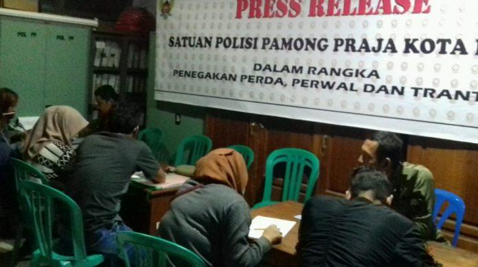 Pendataan dan pembinaan oleh Satpol PP terhadap empat pasangan bukan suami istri di Mako Satpol PP