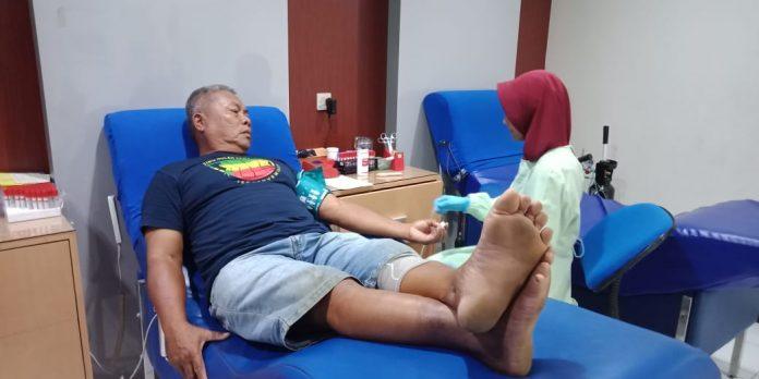 Pendonor sukarela melakukan donor darah