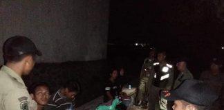 Petugas Satpol PP bubarkan remaja pesta miras. Foto/ Satpol PP