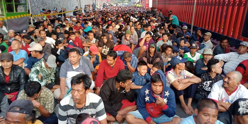 Ribuan warga mengantre sejak usai sahur.