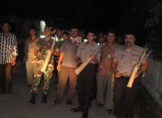 Saat Polisi, TNI dan Pemerintah Desa Cerme bangunkan warga sahur
