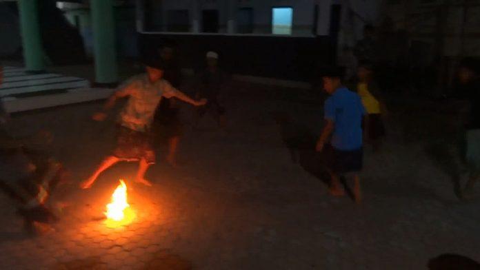 Serunya Saat Anak-anak di Desa Majan Bermain Sepak Bola Api
