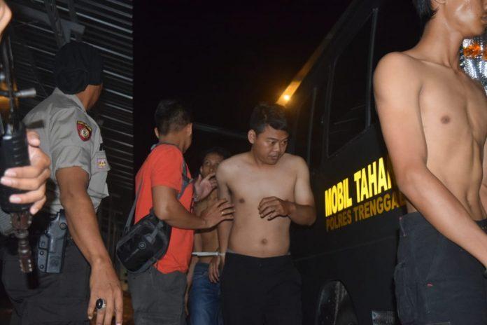 Terduga pelaku saat tiba di Mapolres Trenggalek. Foto: istimewa