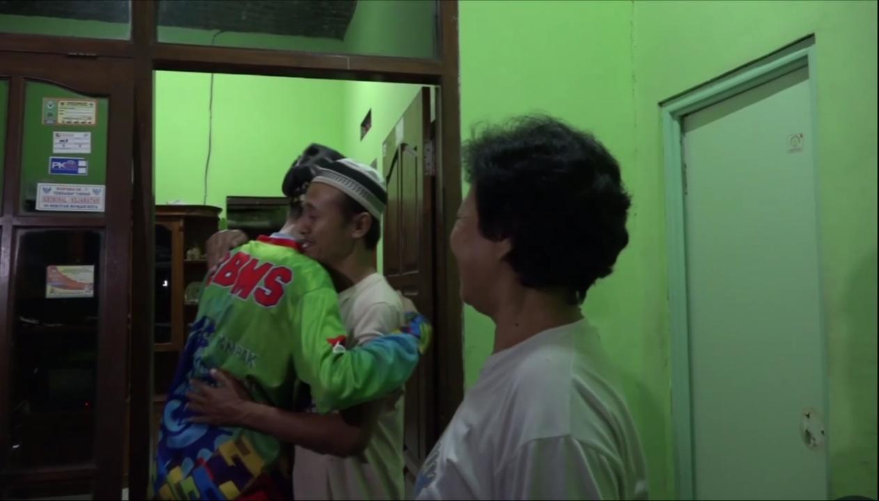 Achmad Muchlisyin disambut keluarga dirumahnya.