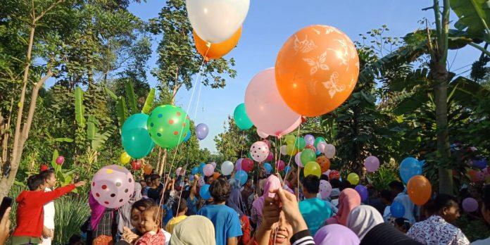 Warga menerbangkan balon pesta untuk menggantikan balon udara yang dilarang