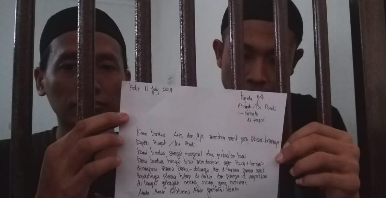 Kedua tersangka mutilasi di Kediri, Aris Sugiyanto (kiri) dan Aziz Prakoso (kanan) menunjukkan surat permintaan maaf