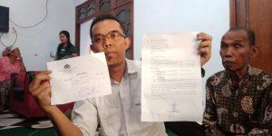Kuasa Hukum keluarga, Taufiq Dwi Kusuma menunjukkan tanda terima laporan dan bukti hasil visum