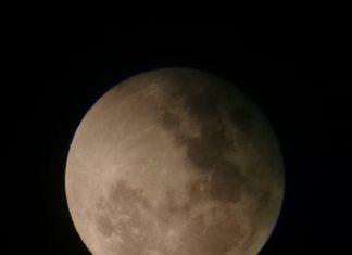Penampakan Bulan sebelum mengalami Gerhana Bulan Sebagian melalui teleskop, di Planetarium, Pelataran Taman Ismail Marzuki, Jakarta Pusat. (16/7/2019)