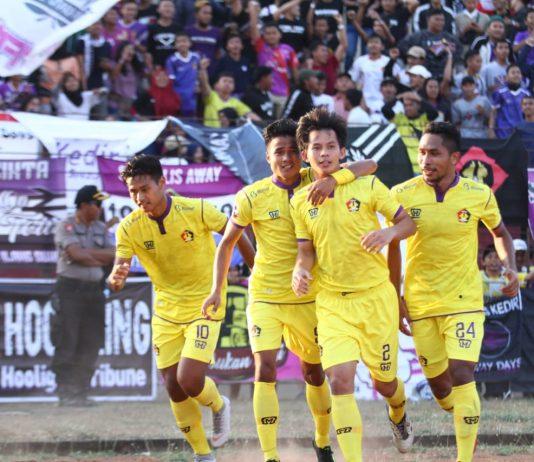 Selebrasi Persik Kediri usai mencetak gol penyama kedudukan. (foto : Persik)