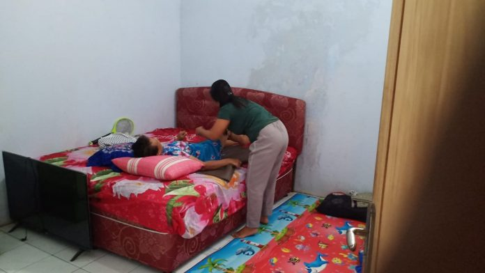 Siti Maryam tengah dirawah oleh Linda, keponakannya.