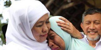 Wiji Fitriani menangis dipelukan Khofifah setelah menerima tangan palsu. (foto: Instagram @khofifah.ip)